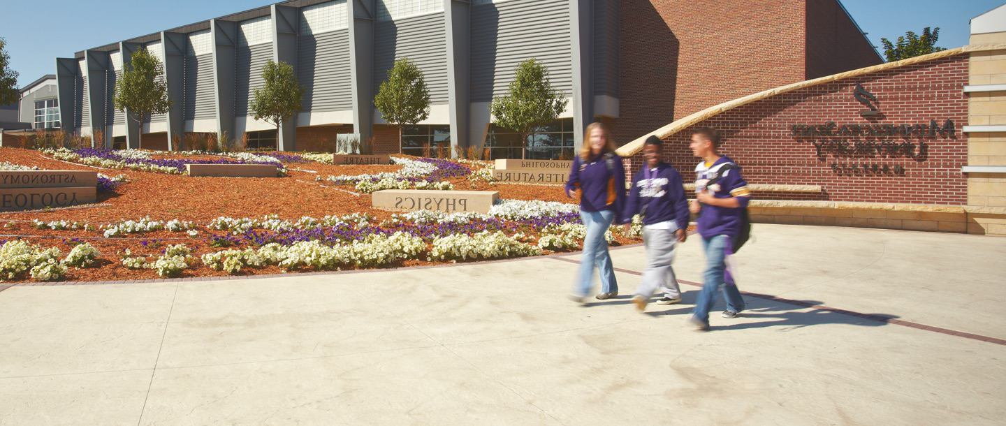 minnesota state gateway plaza with students